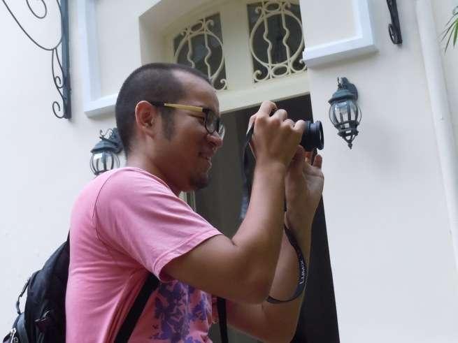 カメラを構えるネルソン
