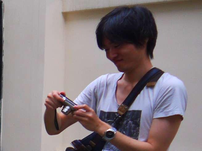 カメラを構える石塚君