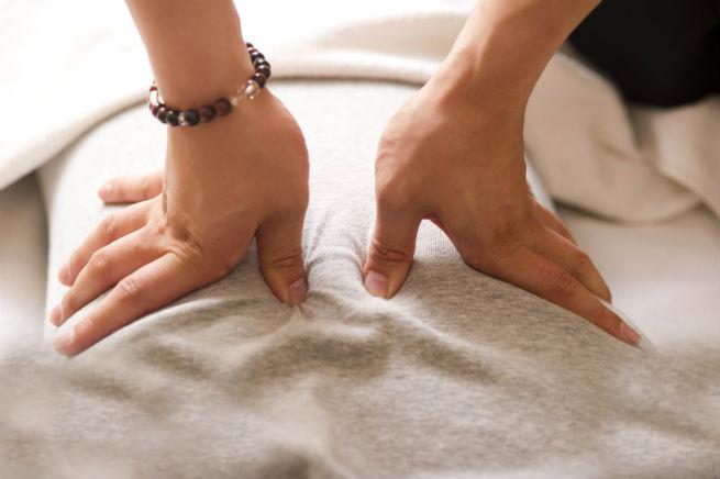 デスクワークでつらい腰痛の解消に効くストレッチ・ツボ押し方法6選