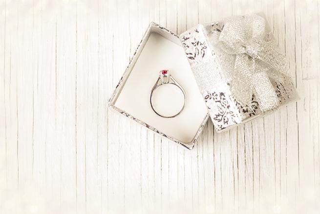 プロポーズ前に知っておくべき婚約指輪の15のこと「サイズ」「タイミング」「相場」