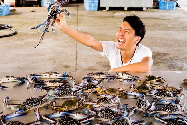 194729高知県の港町で漁師体験をして、カニをたらふく食べてベロベロになった話。のアイキャッチ