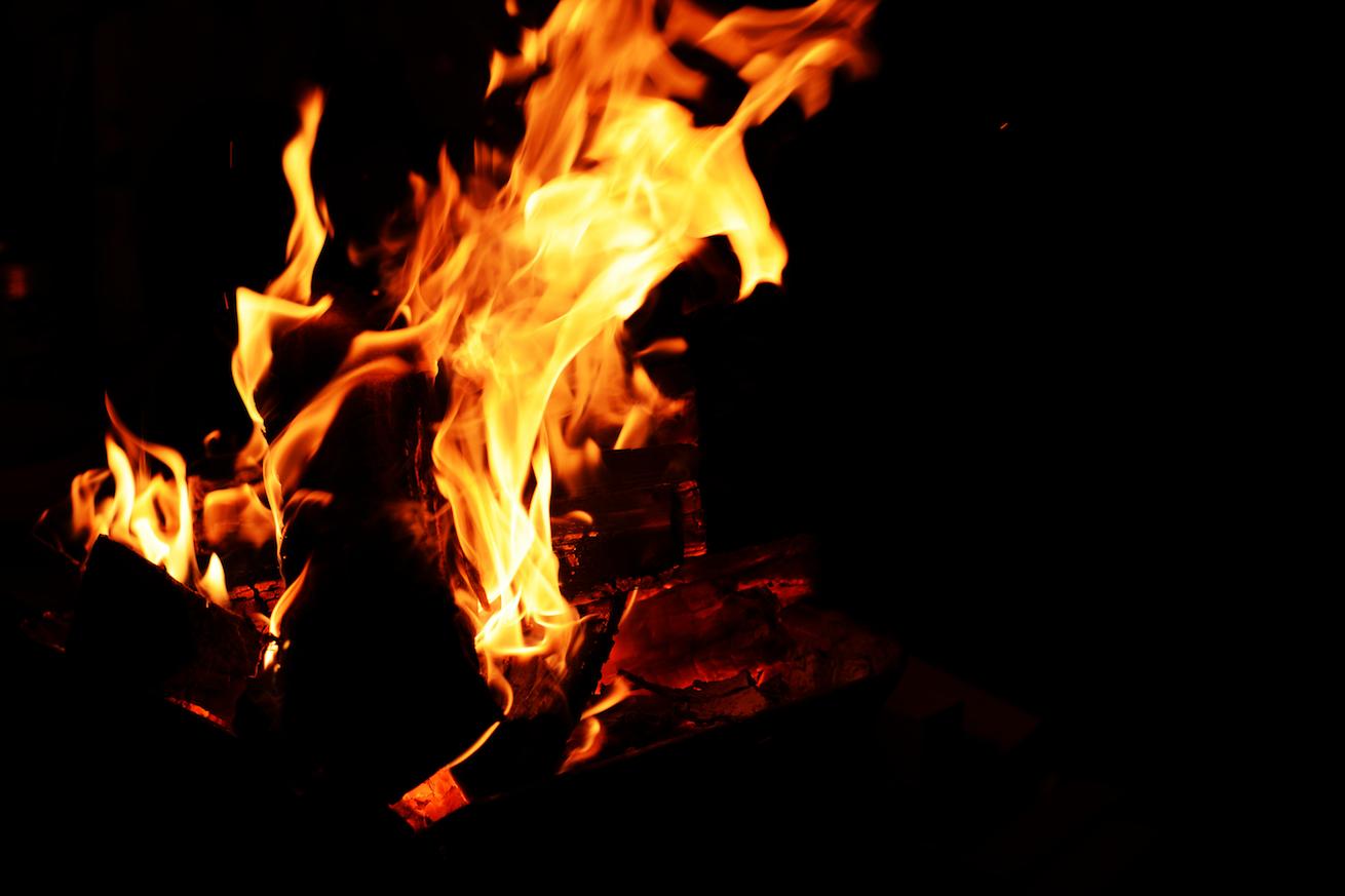 271139【CAMP HACK】焚き火をスローモーションで撮影すると、マジカッコいい。のアイキャッチ